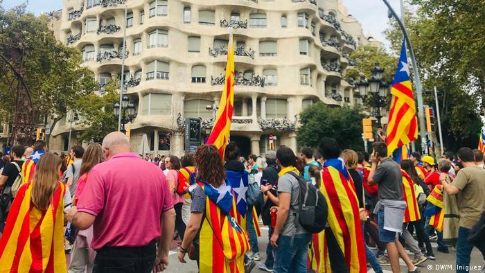 Protesters in Barcelona's Passeig de Gracia (DW/M. Iniguez)