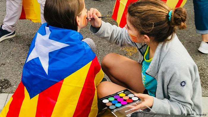 Children sporting Catalan flags at a Barcelona protest (DW/M. Iniguez)