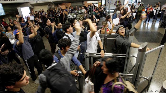 Santiago Metrosu'ndaki protesto gösteri yaklaşık bir hafta önce başlamıştı