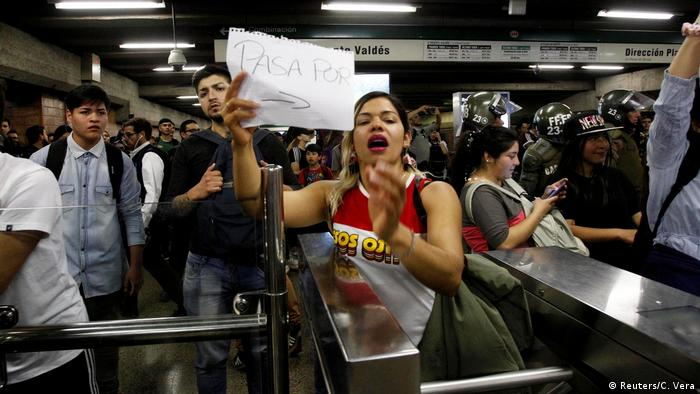 Chile: Demonstranten protestieren gegen den Anstieg der U-Bahn-Ticketpreise in Santiago