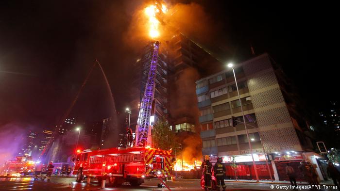 Santiago de Chile: un edificio en llamas durante las protestas. (18.10.2019).