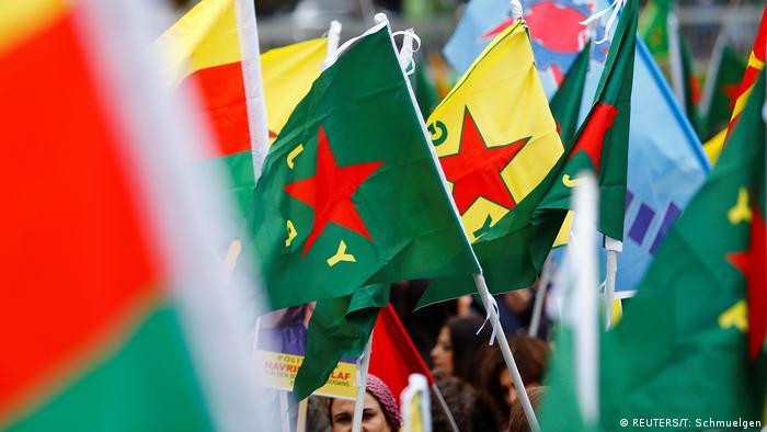 Kurdische Demonstranten protestieren gegen die Militäraktion der Türkei im Nordosten Syriens in Köln