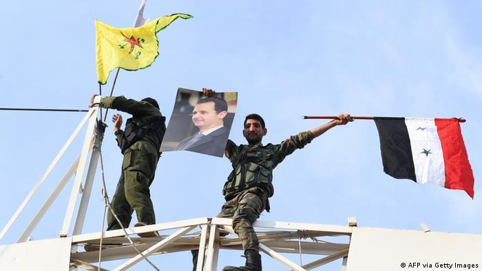 Türkei-Syrien Konflikt, Syrischer Soldat hält Assad-Portrait hoch