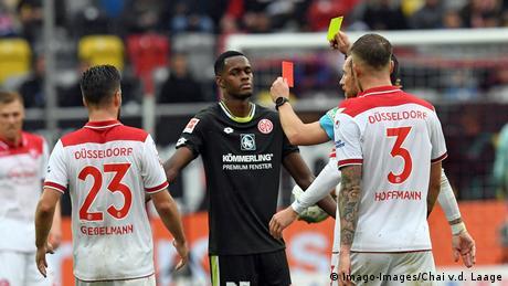 Bundesliga Fortuna Düsseldorf vs1. FSV Mainz 05 | Rote Karte Edimilson Fernandes Ribeiro (Imago-Images/Chai v.d. Laage)