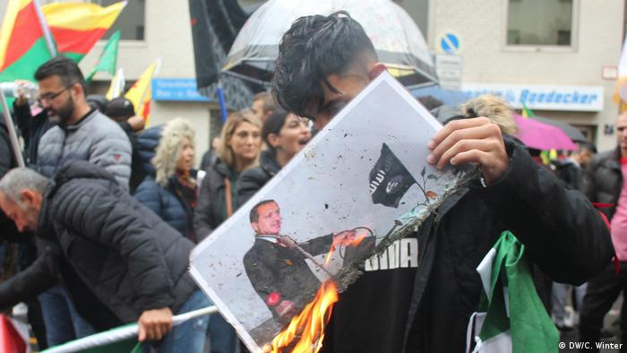 A person buring a photo of Erdogan (DW/C. Winter)