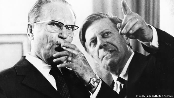 Komunista i predsednik Jugoslavije Josip Broz Tito i socijaldemokrata i kancelar Nemačke Helmut Šmit, obojica strasni pušači 1974.