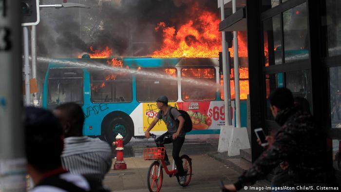 Chile Ausnahmezustand nach Unruhen wegen Fahrpreis-Erhöhungen in Santiago (Imago-Images/Aton Chile/S. Cisternas)
