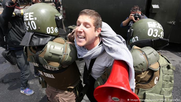 Chile Ausnahmezustand nach Unruhen wegen Fahrpreis-Erhöhungen in Santiago (Imago-Images/Agencia EFE/E. Gonzales)