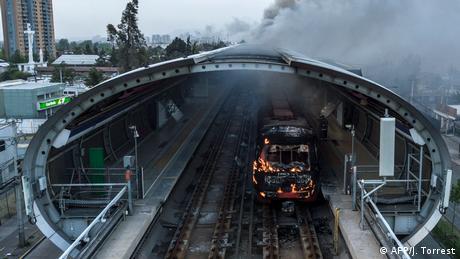 Metro incendiado en Santiago.