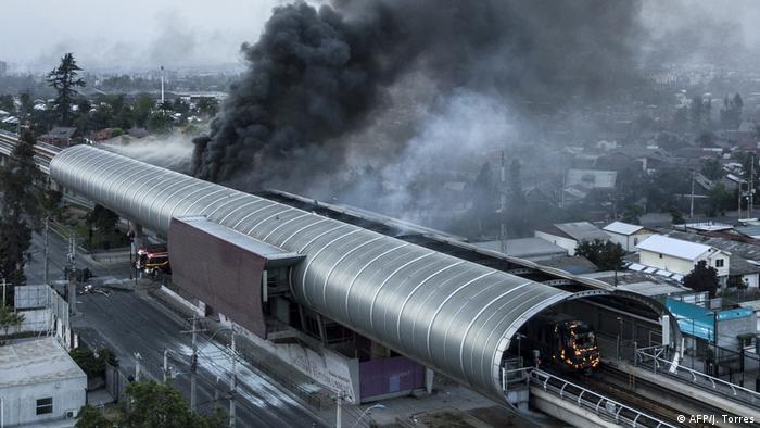 Las estaciones de metro fueron destruidas e incendiadas. La red de transporte estuvo varios sin funcionar. (AFP/J. Torres)
