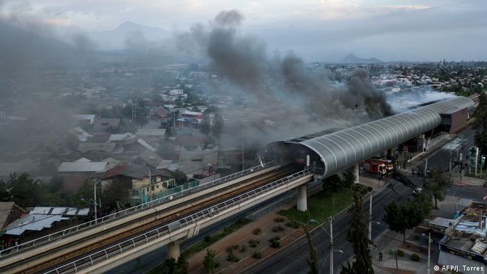 Fogo em estação de metrô: um dos alvos dos manifestantes