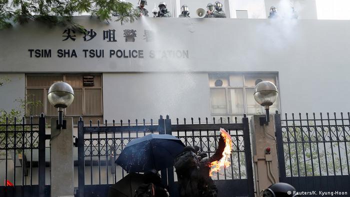 Momento en el que manifestante realiza un ataque incendiario en una comisaría.