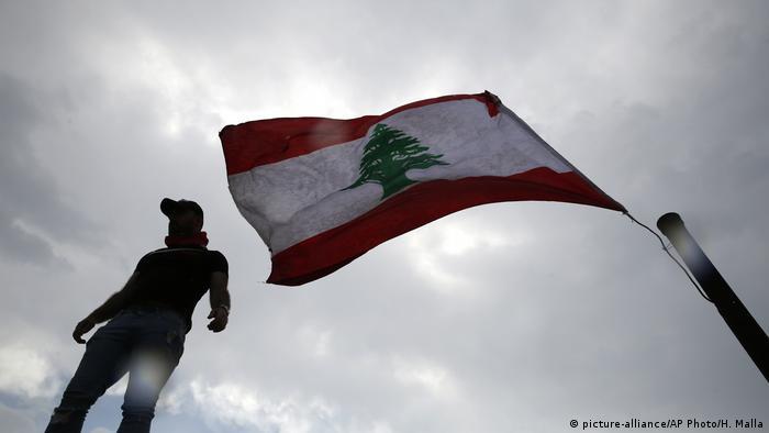 Bandera de El Líbano en protestas en Beirut. (20.10.2019).