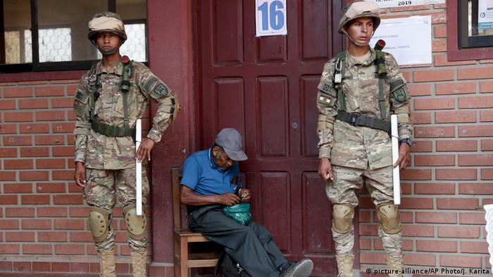 Militares resguardan un local de votación en Chapare, Bolivia.