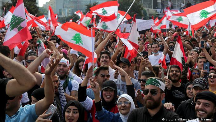 Libanon Vierter Tag mit Protesten - «Wir vertrauen euch nicht» (picture-alliance/dpa/M. Naamani)