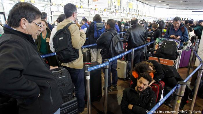 Pasajeros esperan en el aeropuerto de Santiago de Chile. (20.10.2019).