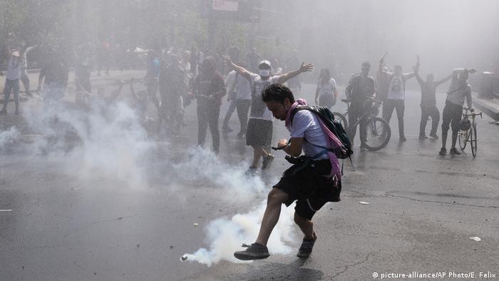 Gases lacrimógenos de la Policía en protestas en Santiago de Chile. (20.10.2019).
