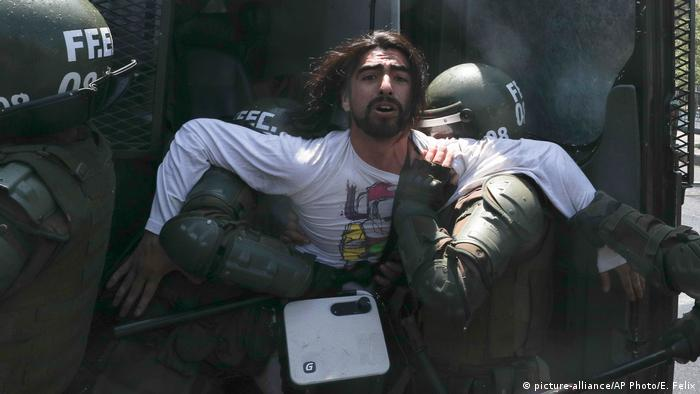 Chile Drei Tote bei gewaltsamen Protesten (picture-alliance/AP Photo/E. Felix)