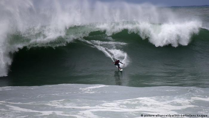 A big wave surfer off the coast of Nazare, Portugal (picture-alliance/dpa/360-berlin/Jens Knappe)