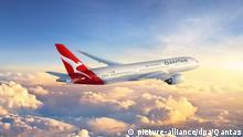 ARCHIV - 27.10.2016, Australien, NA: HANDOUT - Ein damals neuer Qantas 787-9 Dreamliner (künstlerische Darstellung). Die australische Fluggesellschaft hat den weltweit längsten Nonstop-Passagierflug auf der Strecke New York - Sydney erfolgreich getestet. In 19 Stunden und 16 Minuten legte die Maschine, ein fabrikneuer Boeing 787-9 Dreamliner, die 16 200 Kilometer lange Strecke zurück. (zu dpa Längster Nonstop-Flug landet nach 19 Stunden sicher in Sydney) Foto: Qantas/epa/dpa - ACHTUNG: Nur zur redaktionellen Verwendung und nur mit vollständiger Nennung des vorstehenden Credits +++ dpa-Bildfunk +++ |