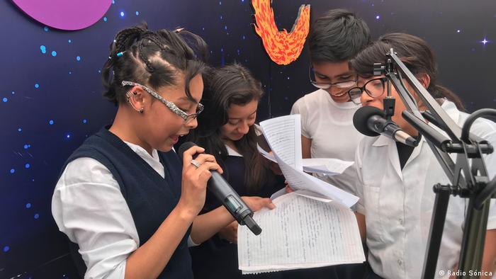 Artikelbild Weltzeit 4-2019: Hoffnung aus dem Weltraum-Studio: mobiles Studio von Radio Sónica, Guatemala