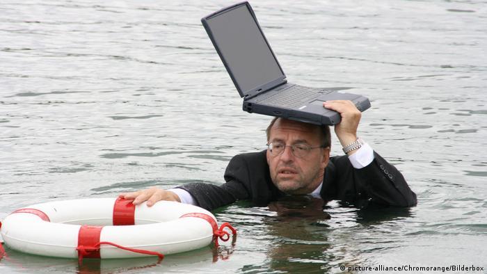 Manager steht Wasser bis zum Hals (picture-alliance/Chromorange/Bilderbox)