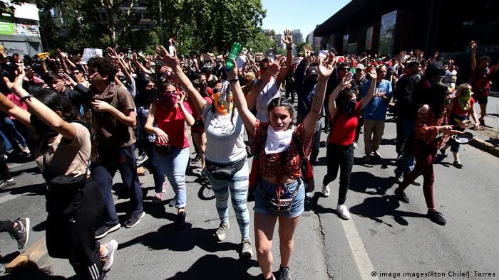 Foto de manifestantes en Chile.