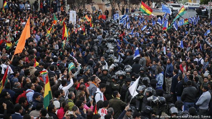 Bolivien La Paz Demonstration von Anhängern des Oppositionskandidaten Carlos Mesa und Anhängern von Präsident Morales (picture-alliance/AP Photo/J. Saenz)