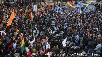 Bolivien La Paz Demonstration von Anhängern des Oppositionskandidaten Carlos Mesa und Anhängern von Präsident Morales