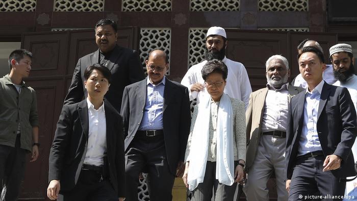 Hongkong Protest Carrie Lam vor der Moschee (picture-alliance/dpa)