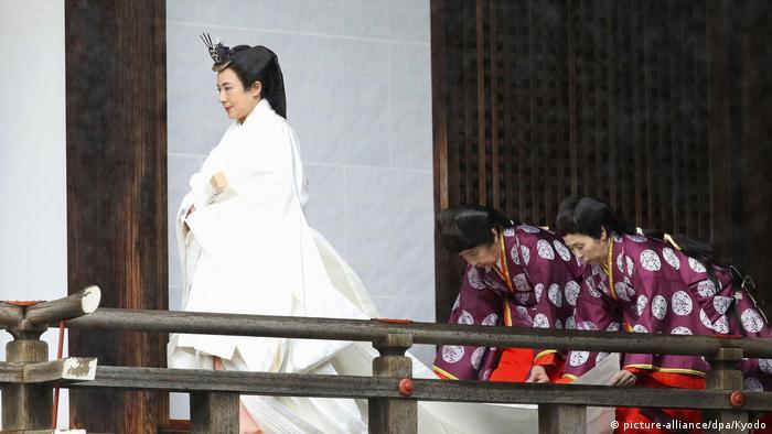 ماساکو که ۲۶ سال پیش با امپراتور ازدواج کرد و وارد کاخ سلطنتی شد، برخلاف سنت رایج، تحصیلات عالی دارد و در مقامهای مهمی در وزارت خارجه ژاپن خدمت کرده است.