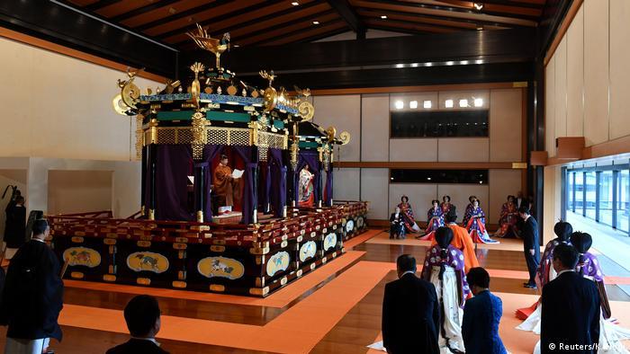 شاه و ملکه بر بالای تخت سلطنتی فرا رسیدن دورانی تازه را در تاریخ ژاپن به جهانیان اعلام میکنند.