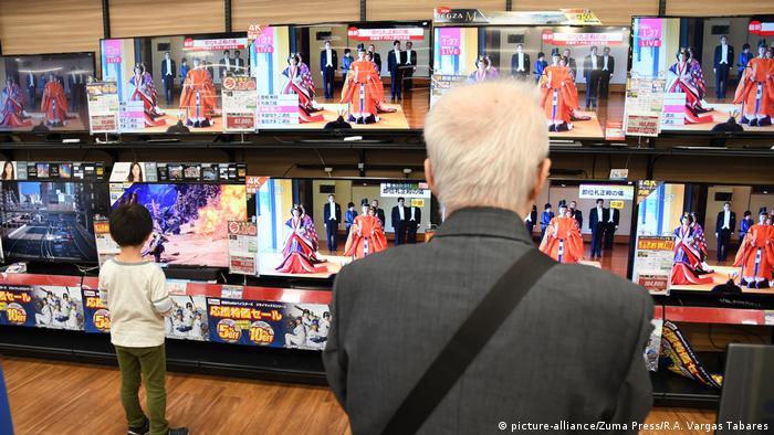 ویترین یک فروشگاه با صفحههای تلویزیون.