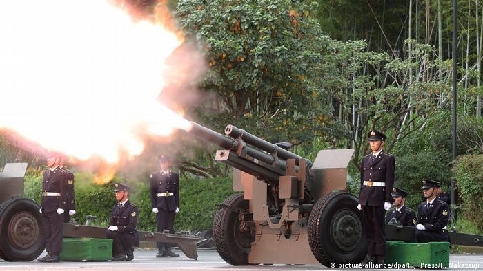 نیروی زمینی ارتش ژاپن با شلیک توپ، تاجگذاری ناروهیتو را در روز ۲۲ اکتبر شادباش گفت.