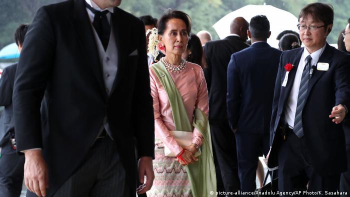 Kiongozi wa Myanmar, Aung San Suu Kyi (katikati), analaumiwa kwa kutokulinda haki za Warohingya.