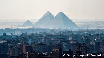 Ein Blick auf die Pyramiden von Gizeh am südwestlichen Stadtrand der ägyptischen Hauptstadt Kair