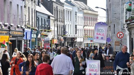 """Czwarte miejsce zajęło irlandzkie Galway, które – jak zaznaczono – jest najbardziej wciągającym miastem w kraju. Miasto zostało mianowane Europejską Stolicą Kultury 2020. """"Kalendarz miasta wypełni się wydarzeniami, niczym miejskie puby w sobotnią noc. Spodziewaj się ulicznych spektakli, sztuki na żywo, światowej klasy muzyki, teatru i tańca. Sen może poczekać"""" – zapowiada Lonely Planet."""