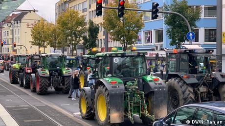 Χιλιάδες αγρότες με τα τρακτέρ στους δρόμους