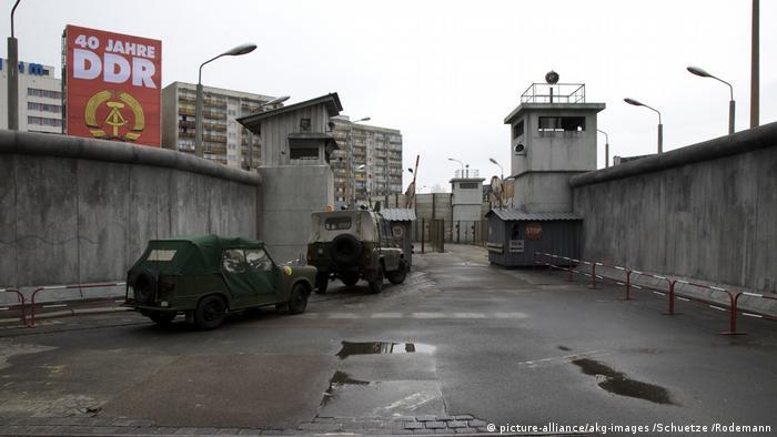 Film set from 'Beloved Berlin Wall' (picture-alliance/akg-images /Schuetze /Rodemann)