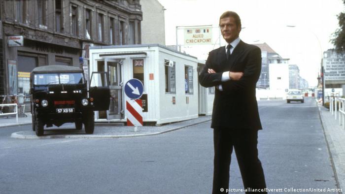 James Bonds Octopussy, Roger Moore en el Checkpoint Charlie.