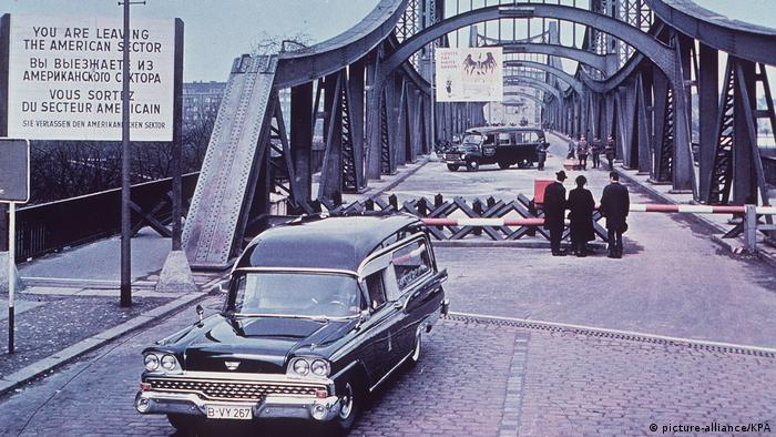 Film still 'Funeral in Berlin' at Swinemünder Bridge (picture-alliance/KPA)