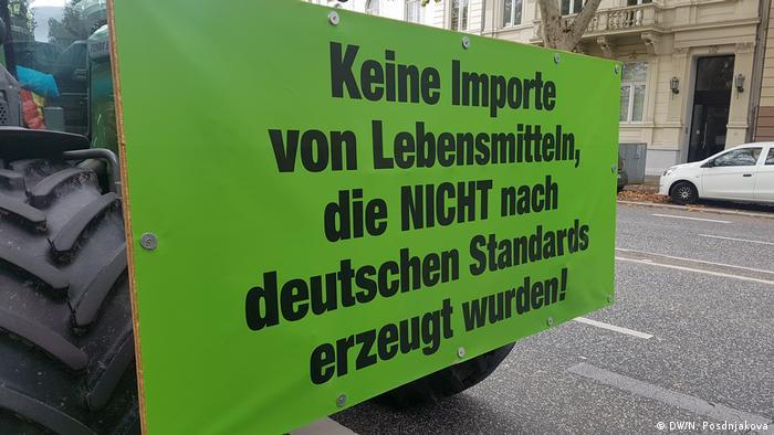 Плакат с одним из требований протестующих