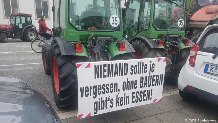 Никто не должен забывать, что без фермеров не будет еды - написано на кабине этого трактора.