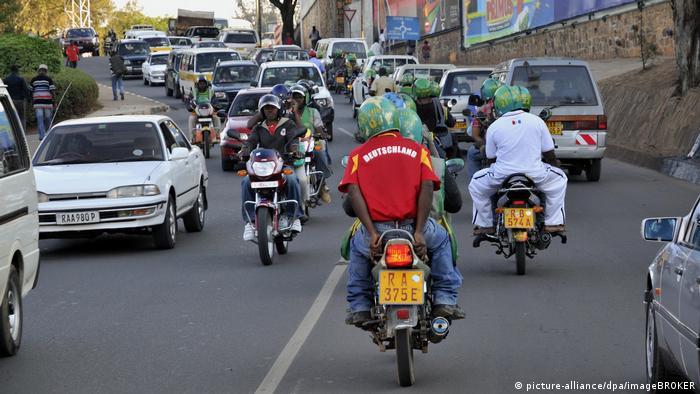 Afrika | Motorradfahrer mit einem Trikot der deutschen Fußball-Nationalmannschaft in Ruanda