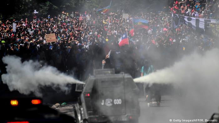 Chile, protestas y represión con carros hidrantes. (22.10.2019).