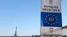 Grenzschild der Europäischen Union und der Republik Kroatien am Hafen von Rijeka