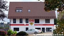 """22.10.2019, Baden-Württemberg, Neuenbürg: Ein Haus, das in Farben rot-weiß und dem Vereinswappen des Zweitligisten VfB Stuttgart angestrichen ist, steht im Stadtteil Waldrennach. Der Eigentümer Neuweiler hat dies so gestaltet. Seit drei Jahren renoviert er das Haus, nachdem er es von seiner Oma übernommen hat. Nun sei die Fassade dran gewesen. Neuweiler ist seit zehn Jahren Fan des Stuttgarter Vereins und seit wenigen Wochen auch Vorsitzender des VfB-Fanclubs """"Invasion 1893 Straubenhardt"""". Foto: Uli Deck/dpa +++ dpa-Bildfunk +++   Verwendung weltweit"""