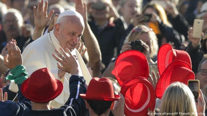 Vatikanstadt | Papst Franziskus am Petersplatz (picture-alliance/AP Photo/A. Medichini)