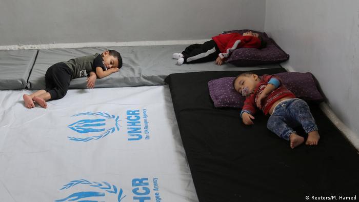 Syrien kurdische Kinder auf der Flucht schlaffen in einer Notunterkunft in Hasakah
