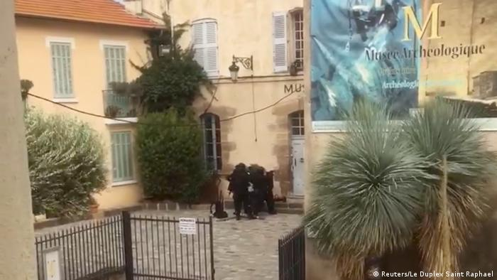 Frankreich Polizeieinsatz vor dem Musee Archeologique in Saint-Raphael